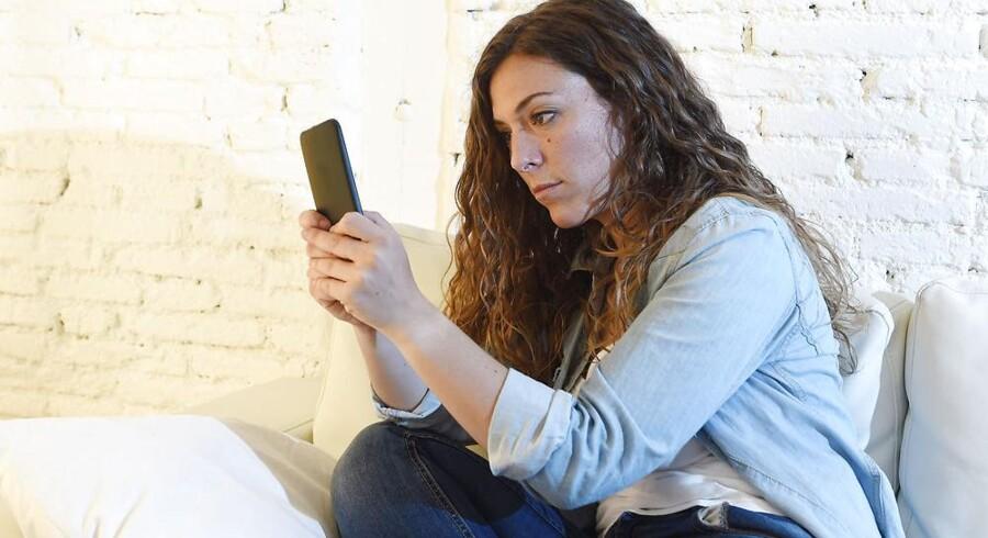 Det kan indimellem være en pine at bruge mobiltelefonen indendørs, især i nyere bygninger, som er så godt isoleret, at de spærrer for mobilsignalet. Derfor skal den trådløse router agere ekstra mobilmast. Arkivfoto: Iris/Scanpix