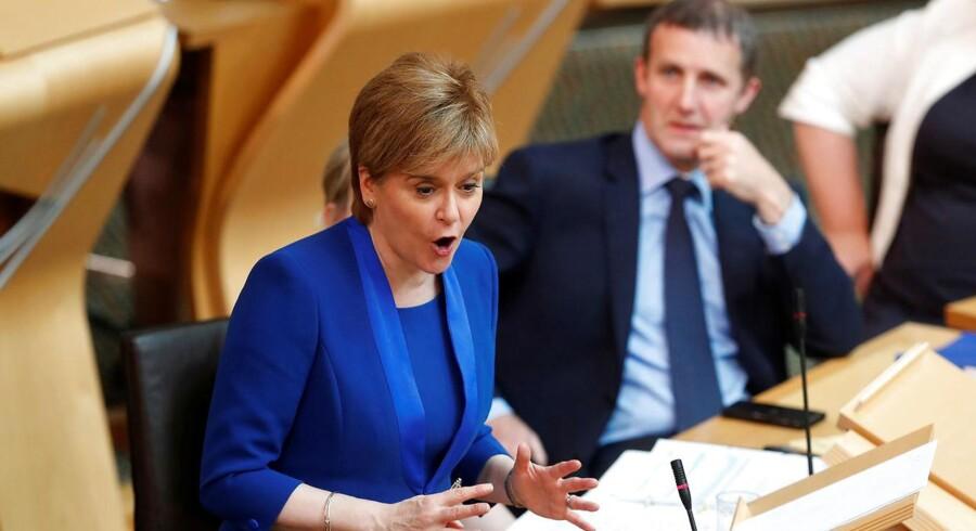 Nicola Sturgeon, Skotlands førsteminister, udsætter folkeafsteming om uafhængighed.