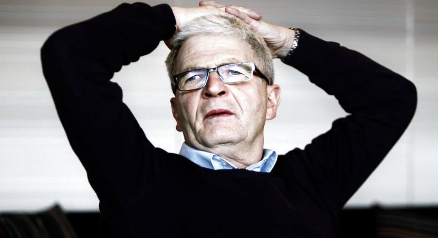Skatteminister Holger K. Nielsen (SF) er ikke begejstret for Skats missede deadline, der kan ende med at blive dyr for statskassen.