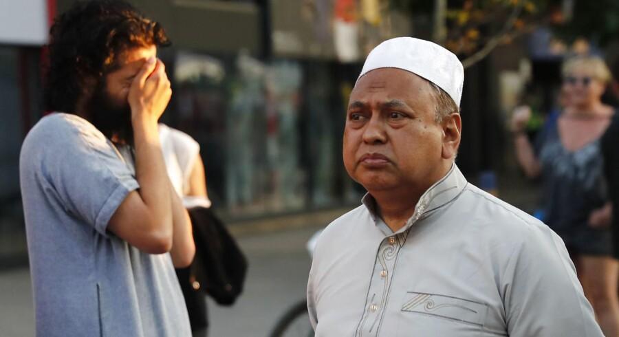En 48-årig mand kørte ved midnatstid natten til mandag en hvid varevogn ind i en menneskemængde foran en moské ved Finsbury Park i det nordlige London. / AFP PHOTO / Tolga AKMEN
