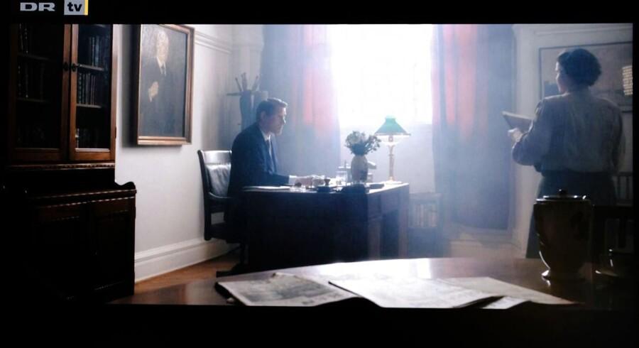 Historien om Danmark afsnit 10 Jens Otto Krag ved skrivebordet. Politiken i forgrunden