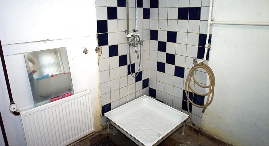 Primitivt delebrusebad i et koldt kælderrum i Københavns nordvestkvarter