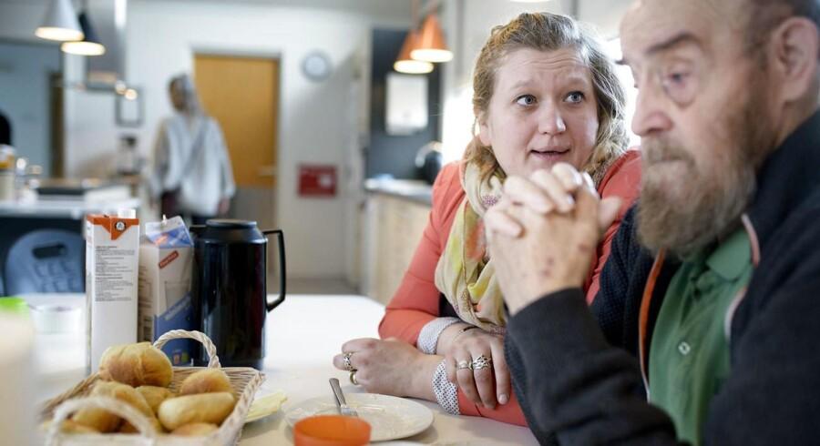 De 2 Gårde er en institution for psykisk handicappede i Børkop ved Vejle, hvor man har oplevet at få bøder for ikke at at overholder temperaturmålinger ifm madlavning med beboerne. Det er en af de regler som de måske kan fritages fra. Souschef Jane Lund Ladegaard i køkkenet sammen med beboer Erik Andersen, der får hjemmebagte til morgenmad ©2018 Palle Peter Skov