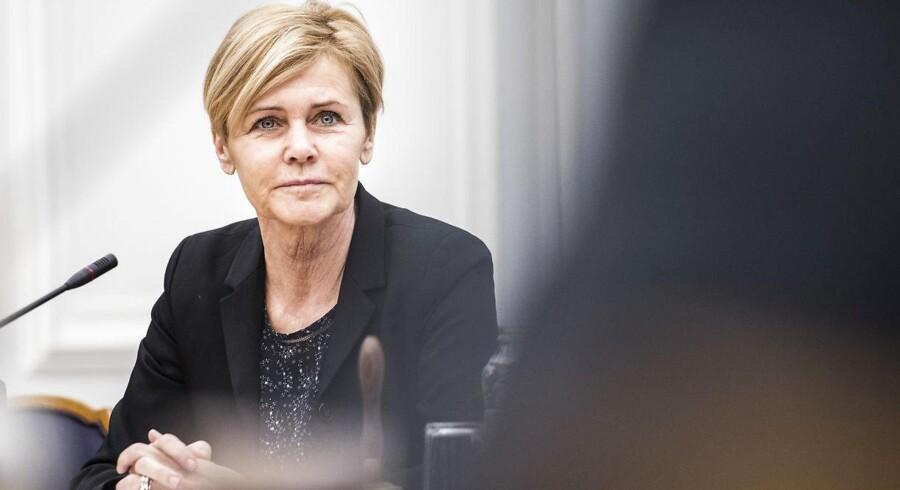 Kulturminister Mette Bock (LA) fastholder regeringens planer om at sælge TV 2. Og forventer, at sagen om »ulovlighedsrenter« kan fortsætte i mange år.