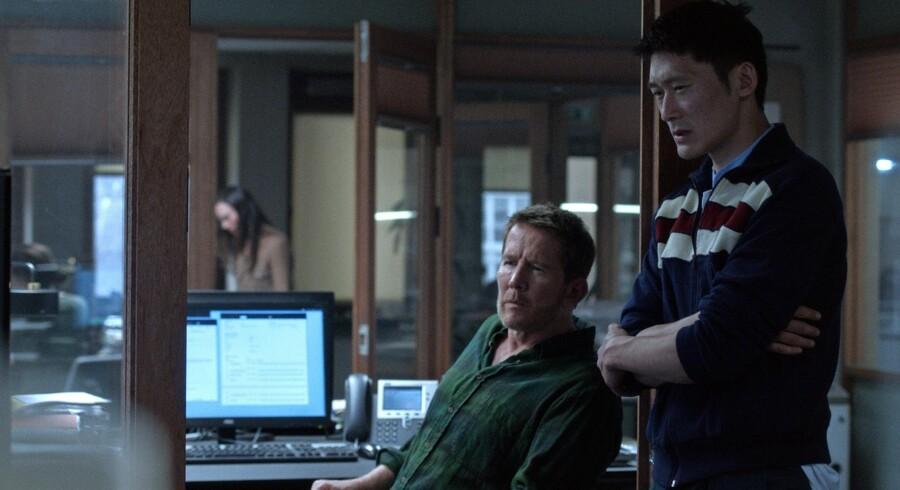 Sidste krampetrækninger: Mads (Thomas Bo Larsen) og Alf (Thomas Hwan) virker forsåeligt nok lidt trætte af det hele. Foto: Lars Reinholdt.