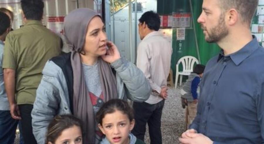 Morten Østergaard taler med en syrisk flygning, der er kommet til Lesbos med sine fire børn for fire dage siden.