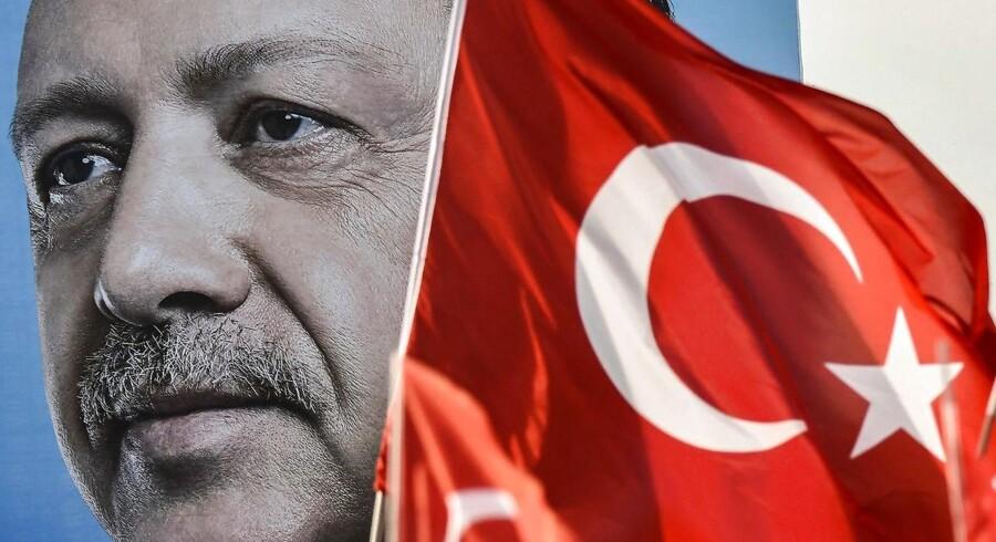 Hvis præsident Erdogan vinder valget vil det betyde en yderligere styrkelse af hans i forvejen stærke magtbase. Men for en gangs skyld er der en smule spænding om valgets udfald.
