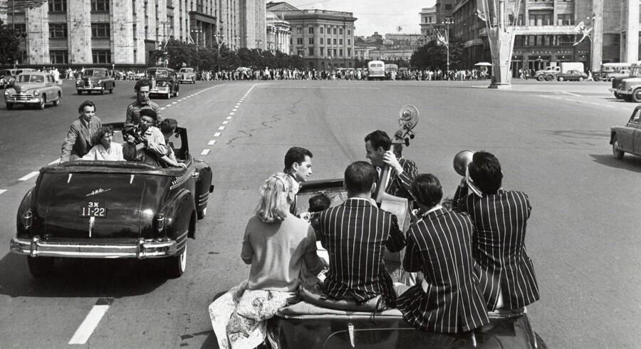 Foto fra den 4. Internationale Festival for Unge og Studenter i Moskva 1957. Ungdomsfestivalerne ansås i Vesten for kommunistisk propaganda rettet mod unge fra Vesten. (Fotoet hænger på Multimedia Art Museum i Moskva)