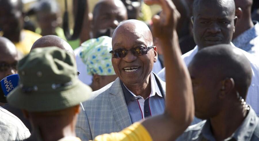 Sydafrikas præsident Jacob Zuma bliver hyldet af tilhængere, efter han havde stemt til det sydafrikanske valg.