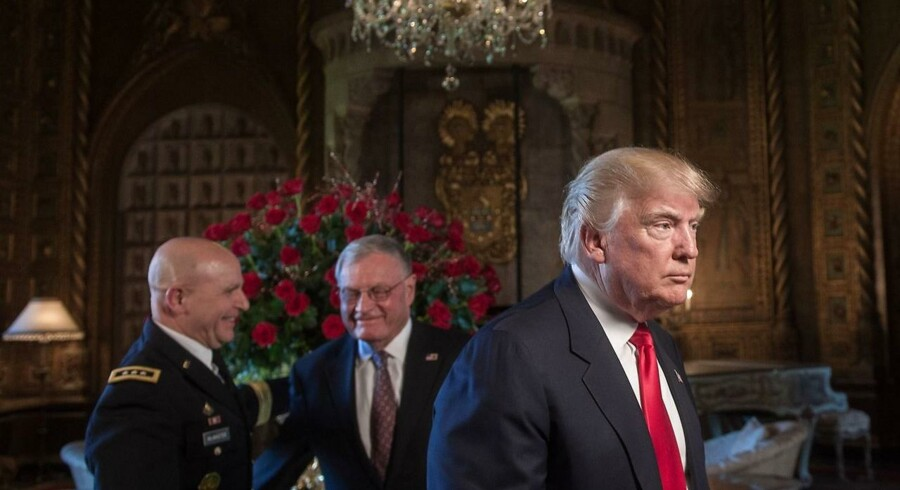 Det er angiveligt blandt andet lykkedes Trump nationale sikkerhedsrådgiver, H.R. McMaster (t.v.) at overbevise præsidenten om at skrue op i stedet for ned for USAs Afghanistan-indsats via et sort-hvidt foto fra 1972 af afghanske kvinder i miniskørter i Kabul.