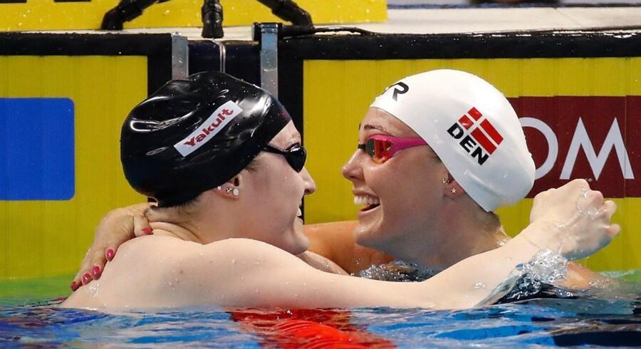 Jeanette Ottesen (th.), der her fejrer VM-guldet i 50 meter butterfly, var hurtigst i de indledende heat i 50 meter fri. Scanpix/Gregory Shamus