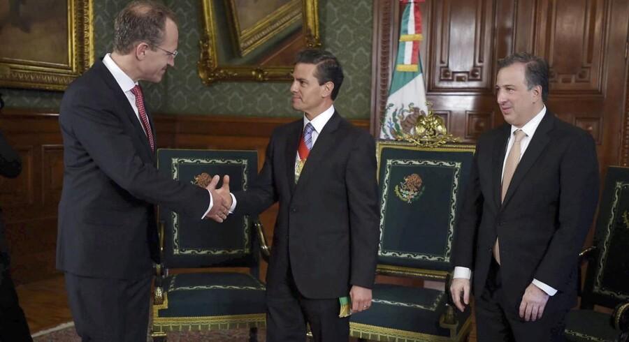 Arkivfoto: Mexicos præsident Enrique Pena Nieto (midten) hilser på Danmarks ambassadør i Mexico, Henrik Bramsen Hahn.
