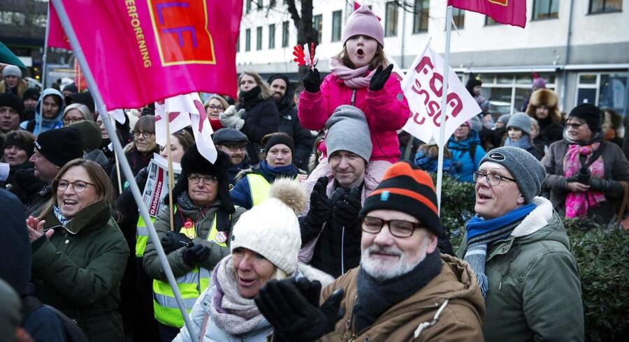 (ARKIV) Offentligt ansatte demonstrerer i forbindelse med de nu sammenbrudte overenskomstforhandlinger ud for Moderniseringsstyrelsen, Landgreven 4 i København. 26. februar 2018. (Foto: Jens Astrup/Scanpix 2018)