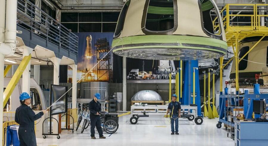 Blue Origin medarbejdere klargør New Shepard rumfartøjet i Kent, Washington. 8/3 - 2016. REUTERS/Blue Origin/Handout via Reuters