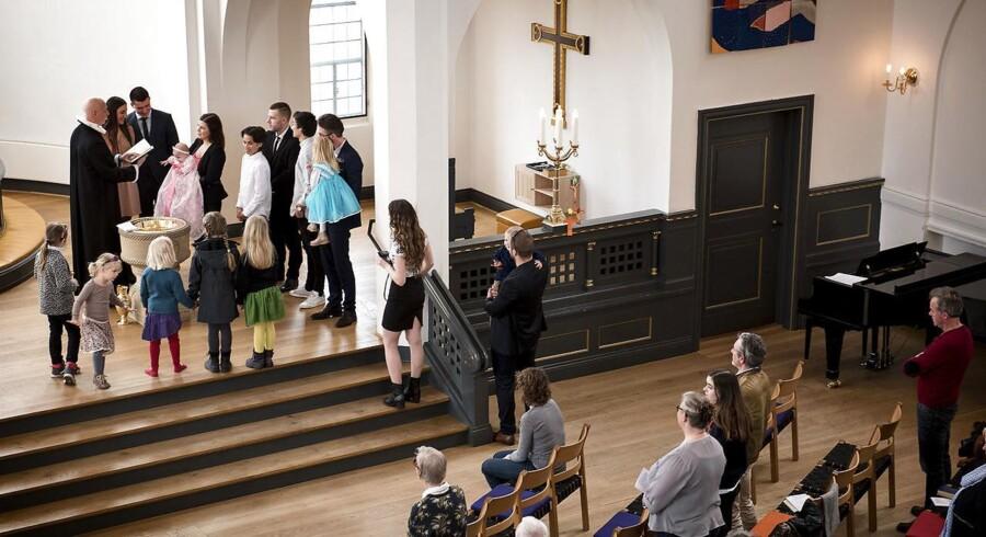 Folkekirken Kirken er omtrent fuld i påsken. Oven i købet er der barnedåb. Den lille pige døbes Elvira og præsten hedder Jesper Engholm. Kirken hedder Timotheuskirken.