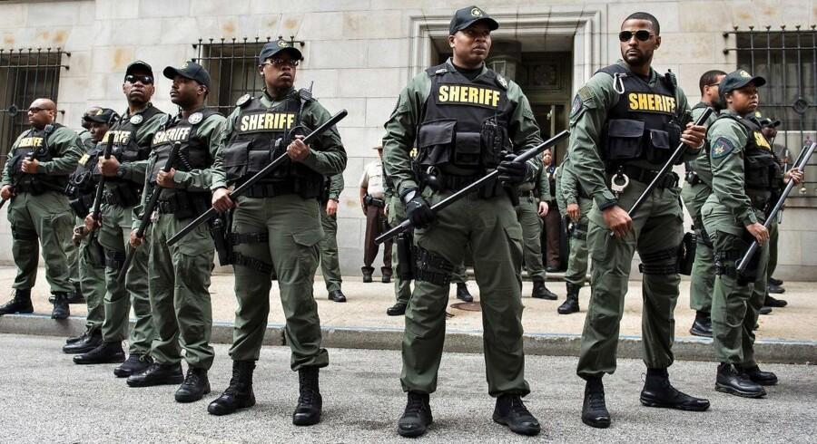 Politistyrken står sammen på dagen, hvor Baltimore-betjenten Caesar Goodson Jr. blev frikendt for mordet på den unge afroamerikanske mand Freddie Gray.