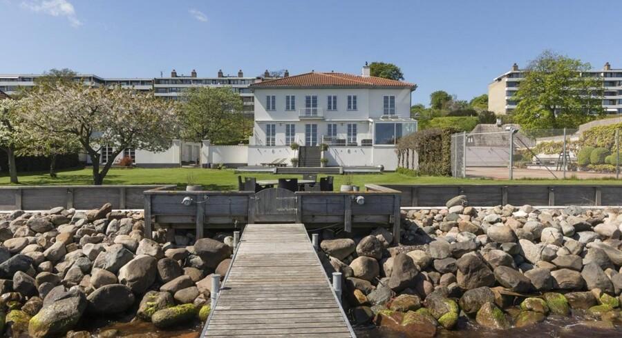 Sidst hed udbudsprisen ifølge Boliga.dk 42 millioner kr., hvilket - ganske utraditionelt - var godt to millioner kr. mere, end liebhaver-boligen blev forsøgt solgt for i 2015 og 2016.