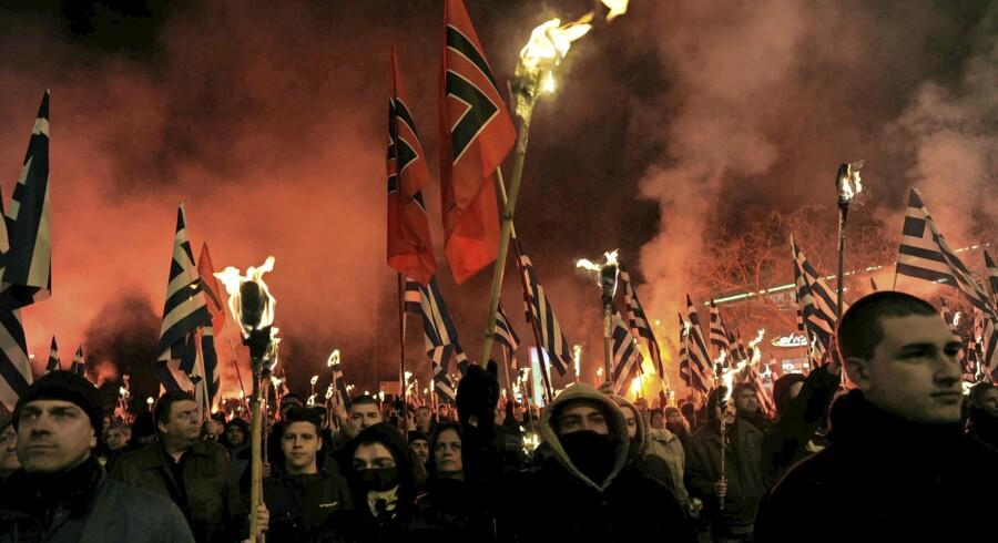 Tilhængere af Grækenlands Gyldent Daggry-parti var forleden på gaden i Athen i forbindelse med den græsk-tyrkiske strid om en række øer i Ægæerhavet. Partiet og en lang række medlemmer er på anklagebænken i forbindelse med flere grove anklager. Foto: Michalis Karagiannis/Reuters