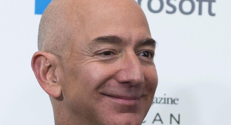 Forbes holder styr på verdens rigeste personers formue, og her strøg Amazons topchef, Jeff Bezos, op på førstepladsen, da aktierne i Amazon ramte det højeste niveau nogensinde. Scanpix/Molly Riley/arkiv