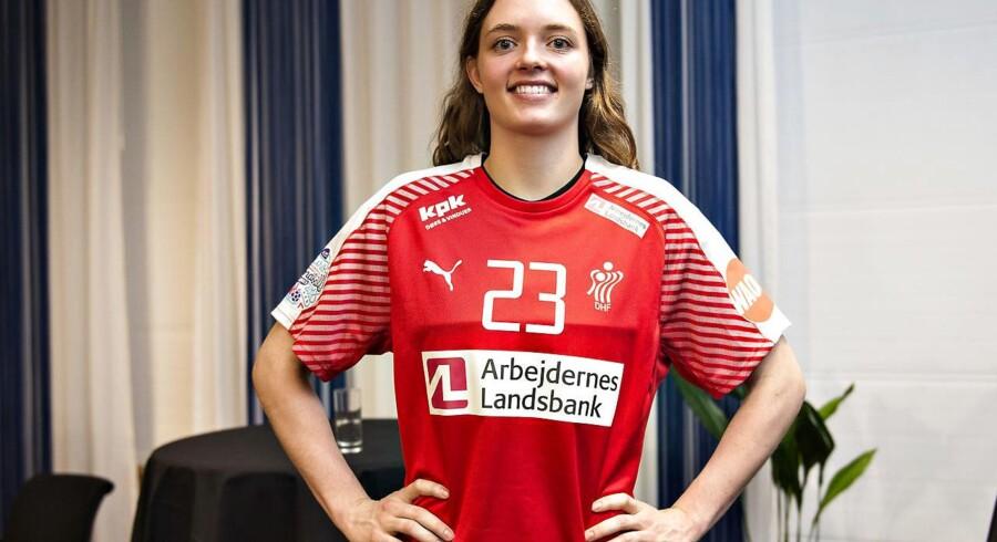Debutant Kristina Jørgensen iført sin første landsholdstrøje på det danske kvindehåndboldlandsholds pressemøde på Scandic Hotel i Frederikshavn mandag d. 20. november 2017. (Foto: Henning Bagger/Scanpix 2017)
