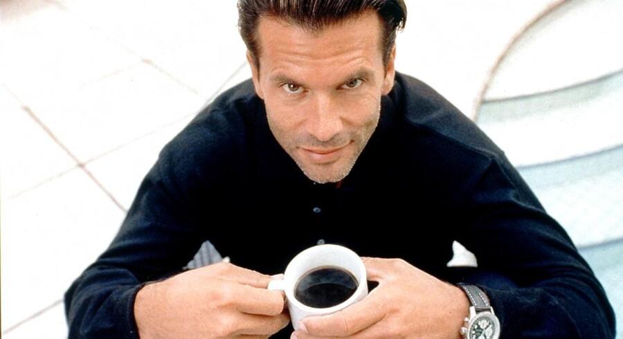 Mere kaffe fører ikke automatisk til højere effektivitet på arbejdspladsen. Her demonstrerer skuespilleren Lorenzo Lamas effektiv kaffenydelse.