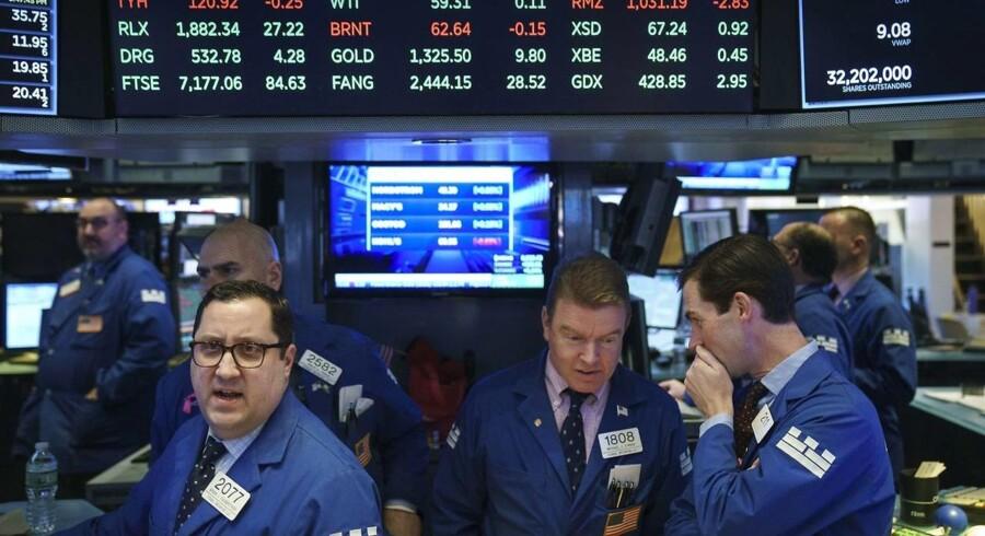 Det amerikanske aktiemarked steg for tredje dag i træk tirsdag, hvor selskaber som Amazon og Apple var med til at trække markedet op efter en negativ åbning