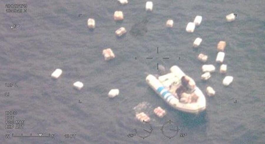 Hashsmuglerne fik travlt med at smide deres last over bord, da italienske politibåde nærmede sig. Men de blev overvåget og filmet af det danske Challenger-fly. Free/Flyvevåbnets Challenger 604