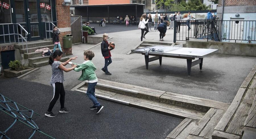 Reportagebilleder af aktivitet i skolegården på Frederik Barfods skole.