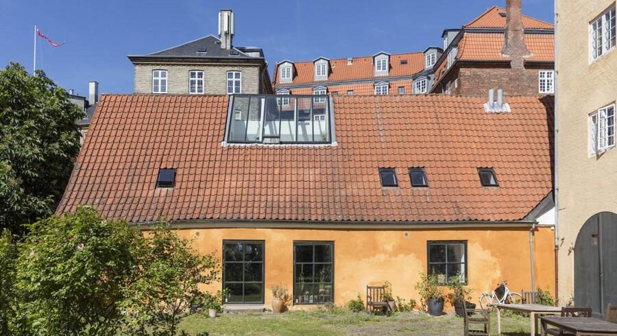 Ifølge salgsopstillingen kan ejendommen dateres tilbage til år 1756, og den var oprindeligt en smedje.