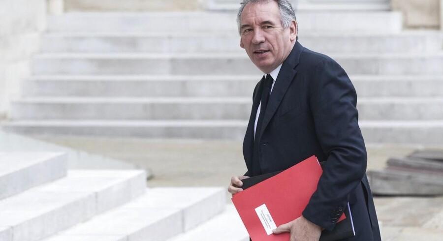 François Bayrou måtte onsdag at forlade sin post som justitsminister pga. en efterforskning af hans lille midterparti for misbrug af EU-midler. Bayrous støtte var afgørende for Emmanuel Macrons erobring af Élysée-palæet, og hans afgang er både et problem og en lettelse for den nye præsident.
