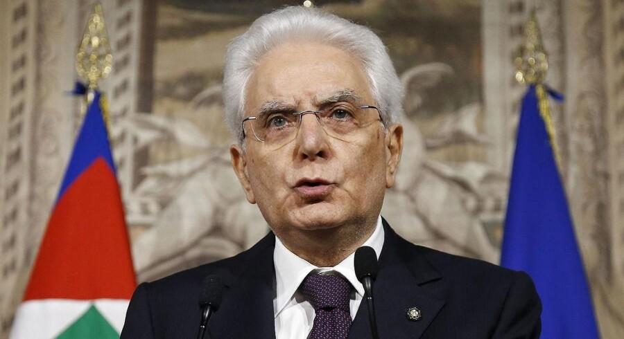 Præsident Sergio Mattarella nægter at godkende en regering med en finansminister, der er tilhænger af italiensk exit fra euroen. Hans beslutning om at nedlægge veto kastede søndag aften Italien ud i en alvorlig institutionel krise.