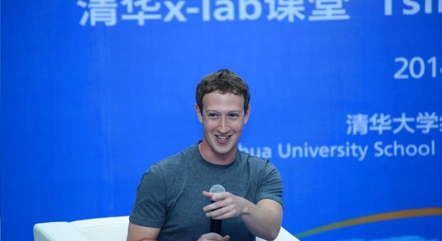 Facebook-topchef Mark Zuckerberg har i en lang periode været på charmeoffensiv i Kina for at få åbnet for, at kineserne kan bruge Facebook, som lige nu er spærret. Arkivfoto: Tsinghua Universitet/AFP/Scanpix