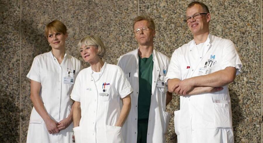 Den tidligere klinikchef på Rigshospitalet, Morten Hedegaard (længst til højre), har deltaget i en række af de royale fødsler. Her har han netop været med på holdet, der tog imod de kongelige tvillinger, da kronprinsesse Mary lørdag den 8. januar 2011 fødte på Rigshospitalet.