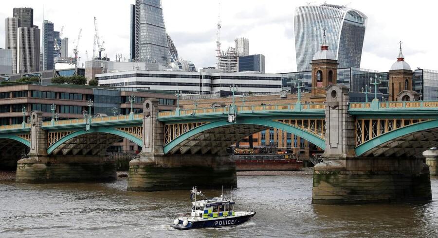 En politibåd er på vej under Southwark Bridge på vej mod London Bridge, hvor et angreb fandt sted lørdag.