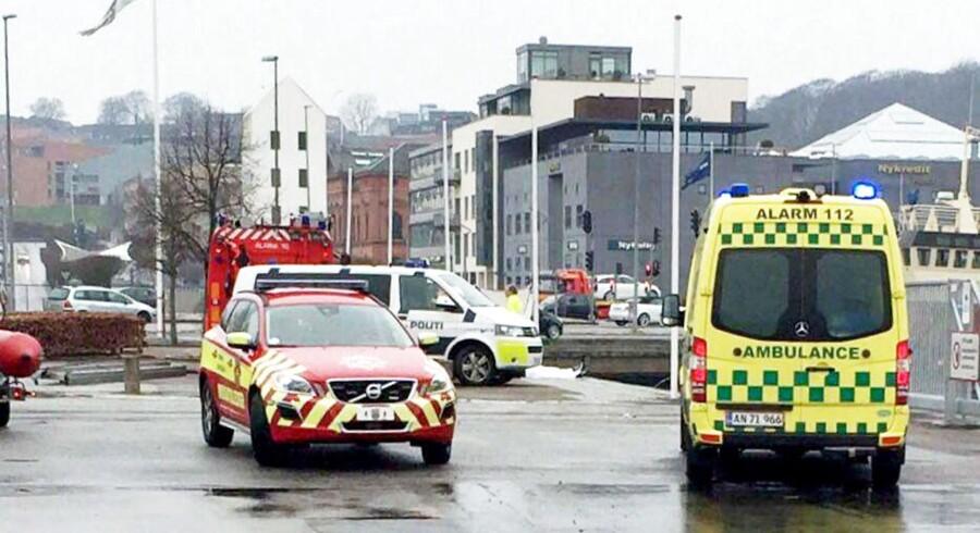 Hovedvejen i Osted er spærret efter en venstresvingende bil påkørte en ambulance i udrykning. (Foto: Ole Lange / Newsbreak/Scanpix 2016)