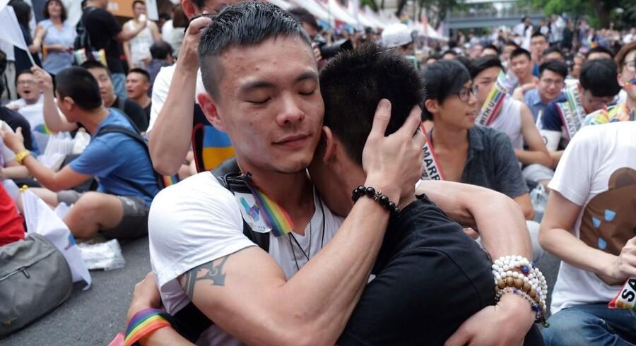 Aktivister uden for parlamentet i Taiwan fejrer dom fra landets højesteret, der fatslår, at to af samme køn skal kunne gifte sig. Taiwan er derved det første asiatiske land, der legaliserer homoægteskaber. May 24, 2017 / AFP PHOTO / SAM YEH