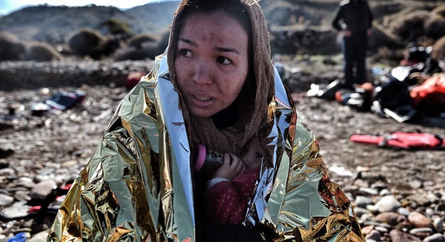 En storstilet plan om omfordeling af flygtninge i EU har vist sig at være mindre påkrævet end antaget. På billedet ses en asylansøger og hendes barn umiddelbart efter at være ankommet til den græske ø Lesbos. Scanpix/Aris Messinis