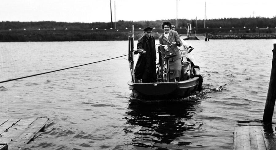 Arkivfoto: En lille færge sejler over Odense Kanal.