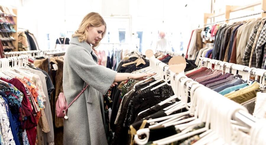 Pia Storm samler på vintagekjoler. Hun er her fotograferet i butikken Prag på Vesterbrogade 98A, et af de steder, hun ofte kommer forbi og tjekker udvalget. Og hun fandt faktisk noget, da Berlingske var med hende på indkøb. Se kjolen nederst i artiklen.