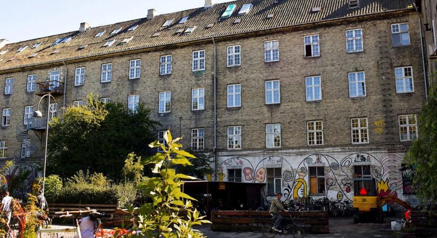 En mand er omkommet i en brand på Christiania. En anden er i kritisk tilstand efter et fald fra tredje sal.