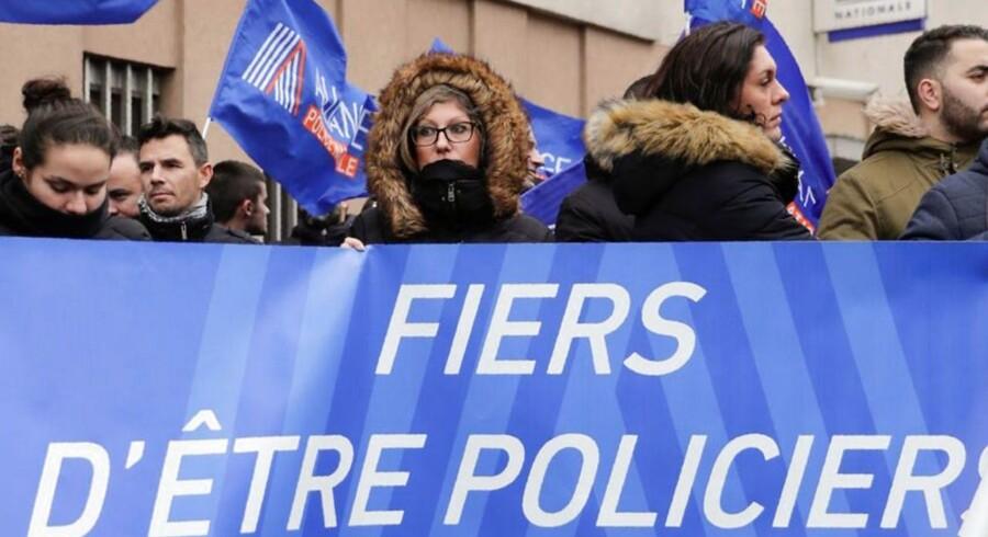 Frankrigs ghettoer er ude af kontrol. Et brutalt overfald på en kvindelig politibetjent får nu Frankrigs indenrigsminister til at varsle opgør med voldelige og socialt belastede ghettoer. Imens demonstrerer politiets fagforening for øget sikkerhed for franske betjente.
