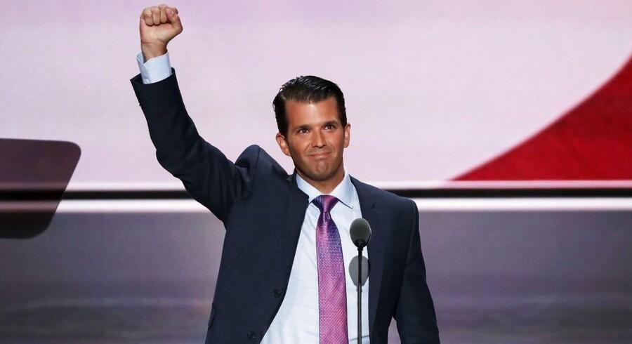 Donald Trump Jr. rækker armen i vejret, efter at have talt på konventet i Cleveland.