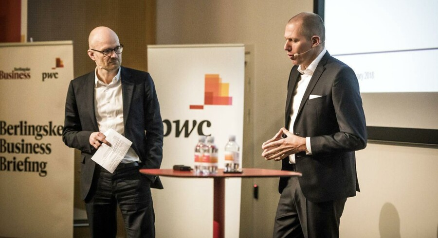 Jens Bjørn Andersen (th) og erhvervsredaktør Peter Suppli Benson (tv) på scenen til Berlinske Business Briefing hos PWC i Hellerup.
