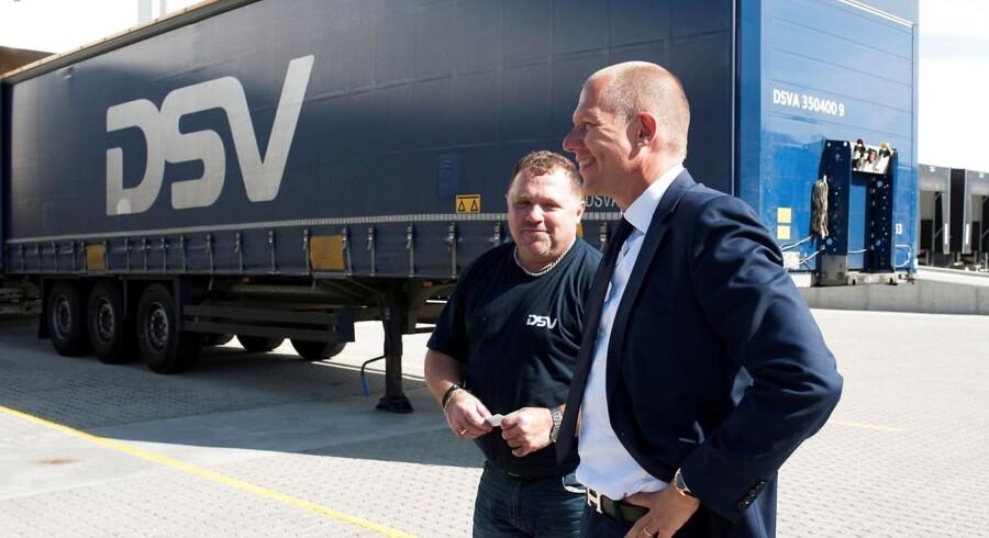 Arkivfoto. DSV CEO Jens Bjorn Andersen (R) taler med en af virksomhedens chauffører.