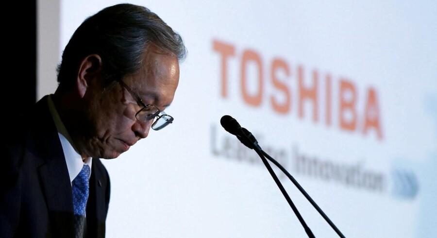 Toshibas topchef, Satoshi Tsunakawa mener, at den vingeskudte koncern trods de dårlige tal – som han offentligt undskyldte for ved at bukke – har »en solid, finansiel formåen«.