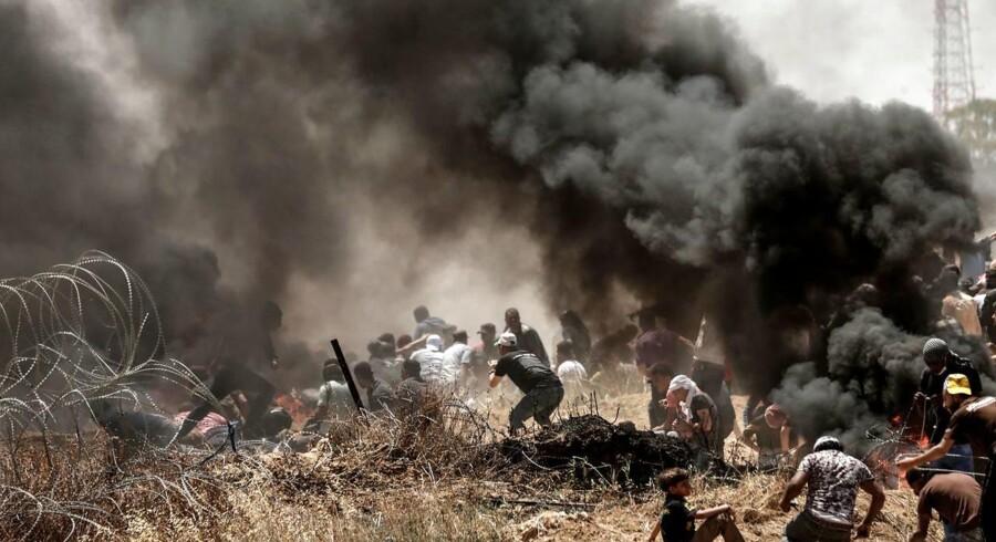 Mens ambassaden bliver åbnet, er der voldsom uro omkring grænsen til Gaza. Mindst 37 palæstinensere er blevet dræbt.