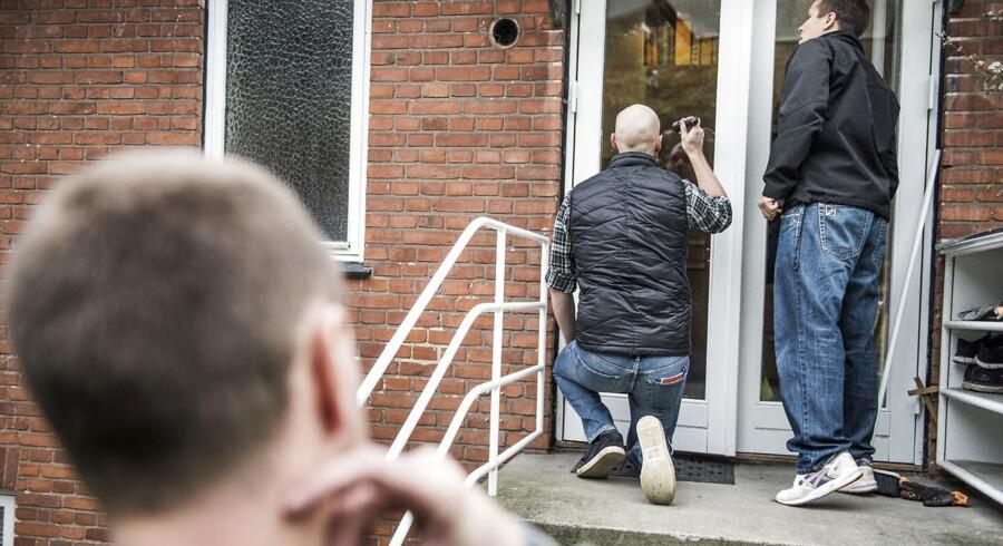 ARKIVFOTO: En time efter at betjentene Kasper og Søren er mødt på arbejde, er de rykket ud til en familie i Kastrup. Kasper (tv) retter lommelygten mod ruden for at finde fingeraftryk, mens Søren undersøger mærket fra skruetrækkeren, som tyvene har brugt til at brække havedøren op.