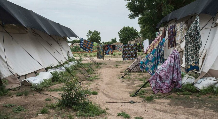 Wash is hung outside tents at Gwoza General Hospital in Gwoza, north-eastern Nigeria, on August 1, 2017. Boko Haram seized Gwoza in July 2014, making it the headquarters of their so-called Caliphate. Although it was retaken by Nigerian troops in March 2015, the extremists continued to raid nearby villages from their hideouts in the mountains along the border with Cameroon. At least 20, 000 people have been killed and 2.6 million others displaced since the hardline Islamist group began a rebellion in 2009. / AFP PHOTO / STEFAN HEUNISEt billede af Gwoza Hospitalet i Nigeria, hvor ofre for Boko Harams terror-angreb er indlagte. Mindst 20000 mennesker har mistet livet, og 2,6 mio. er sendt på flugt, efter at den islamiske gruppe begyndte deres væbnede oprør i 2009.