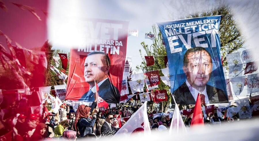 I dag søndag d. 16.04.2017 er der folkeafstemning i Tyrkiet, som skal afgøre om præsident Erdogans forslag til en række forfatningsændringer bliver stemt inde eller ude. Her er vi til en AKP-forsamling dagen inden afstemningen, hvor en lokal repræsentant for Erdogans parti holde tale.
