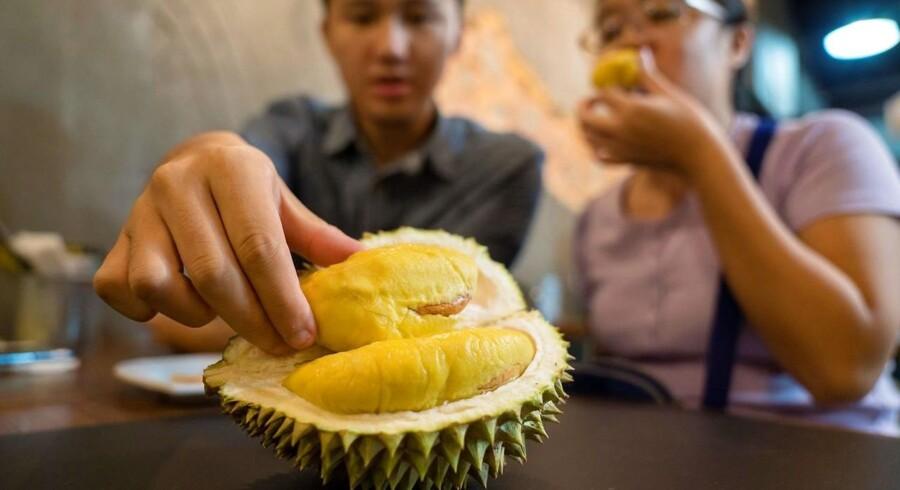Duften fra en moden durian-frugt er bl.a. beskrevet som en blanding af »svine-ekskrementer, terpentin og løg krydret med tennisstrømper.«